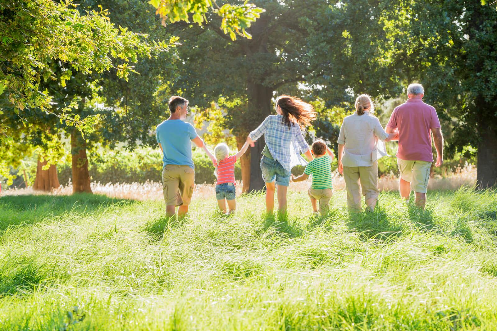 Menschen verschiedenen Alters mit KIndern sollen den Bereich Beruf und Familie darstellen