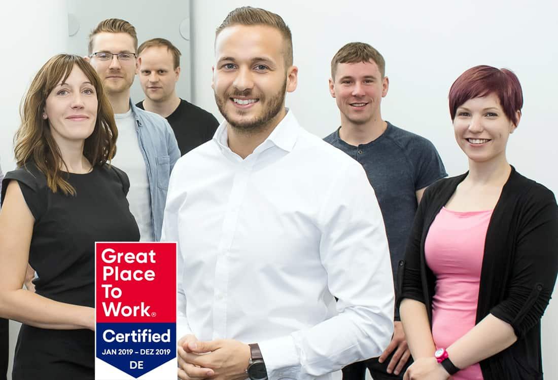 Mehrere Mitarbeiter mit einem Siegel für Qualität und Qualifikation