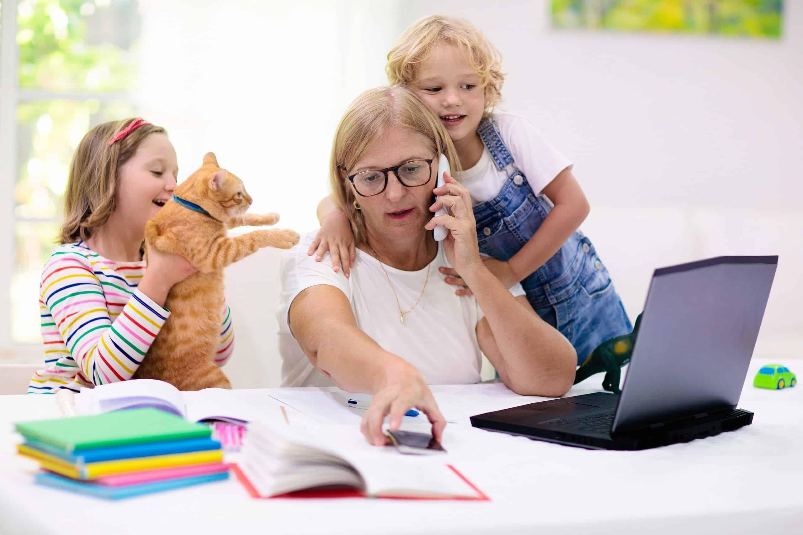 Mutter im Homeoffice mit zwei spielenden Kindern - Verdienstausfallentschädigung wegen Kinderbetreuung