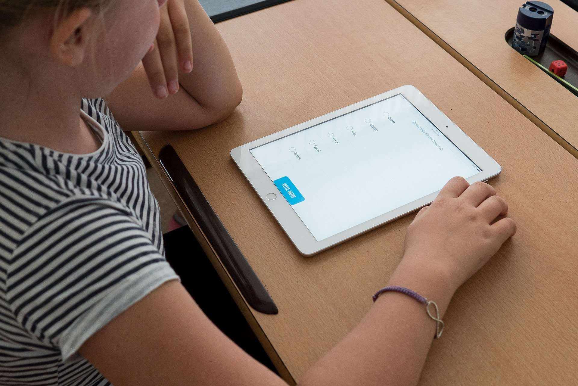 Kind nutzt Tablet im Unterricht