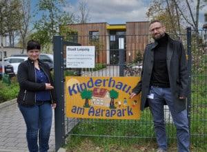 Steffi Horn, Leiterin Kinderhaus am AGRA-Park, und Stefan Demant, Lecos GmbH, vor der Kita. Die Einrichtung ist die erste, die mit virtuellen Desktops ausgestattet wird.